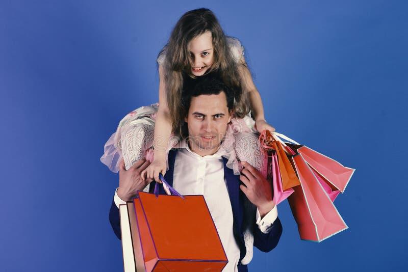 女儿和父亲有桃红色包裹的 女孩和人 库存图片