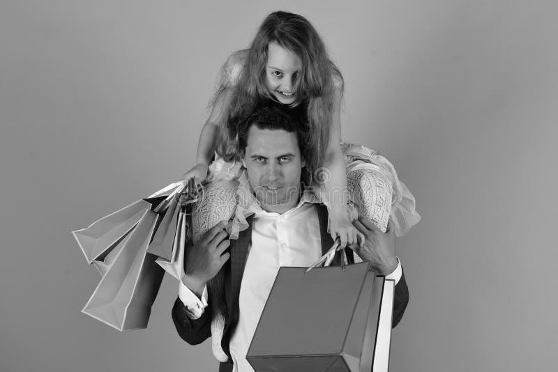 女儿和父亲有桃红色包裹的 女孩和人 库存照片