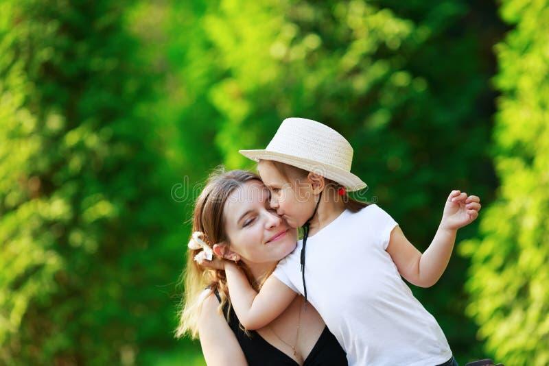 女儿她拥抱的母亲 图库摄影