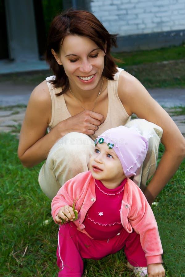 女儿她的妈妈 库存照片