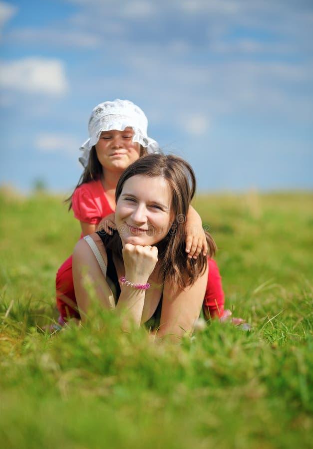 女儿她的小母亲 免版税库存照片