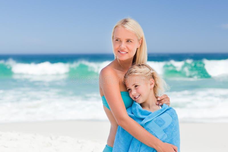 女儿她的母亲毛巾 免版税库存照片
