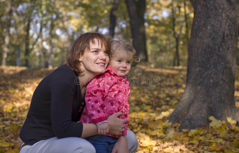女儿妈妈公园 免版税图库摄影