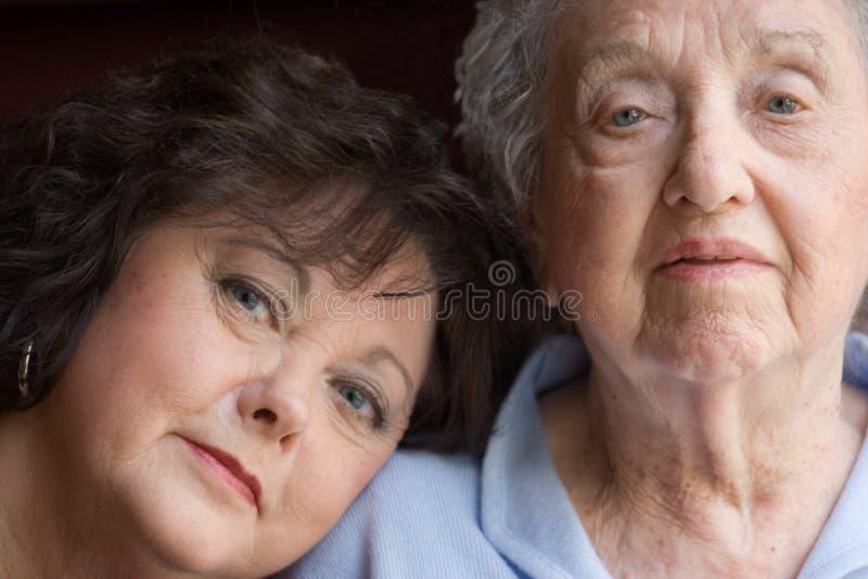 女儿年长的人母亲 库存照片