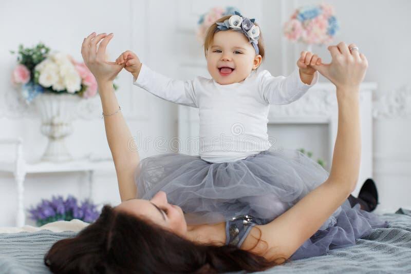 女儿愉快的家庭母亲 免版税库存照片