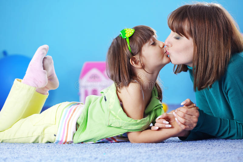 女儿愉快的母亲 免版税库存照片