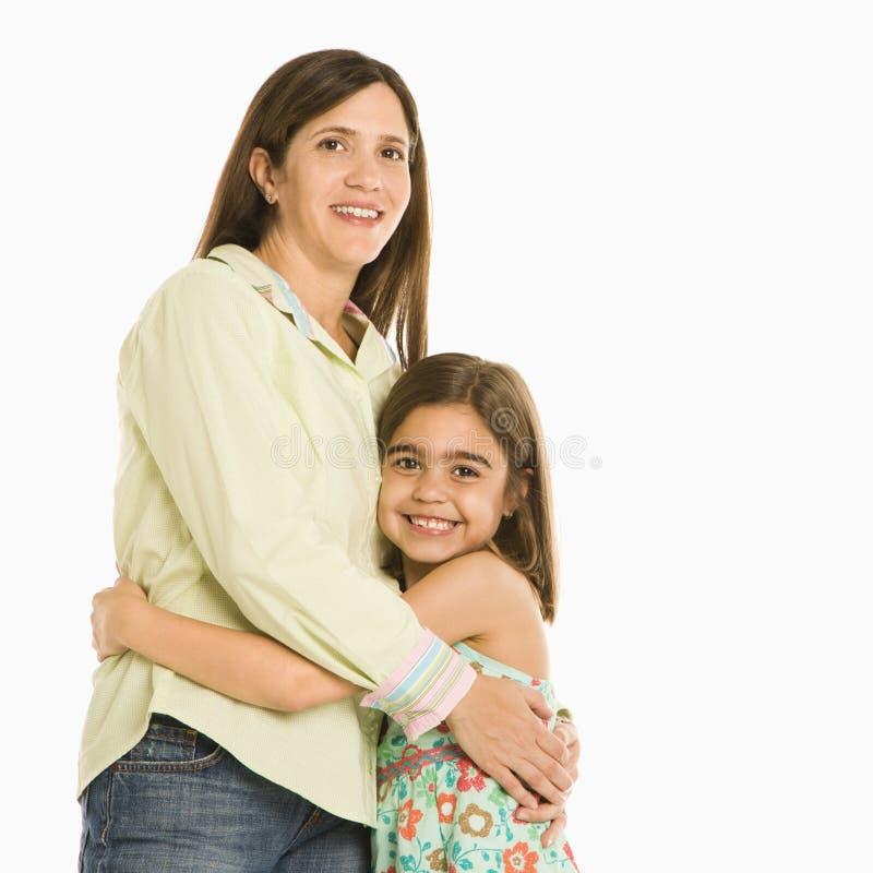 女儿拥抱的母亲 免版税库存图片
