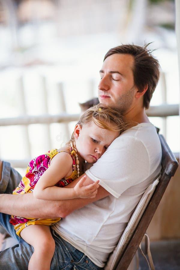 女儿放松父亲的吊床 库存照片