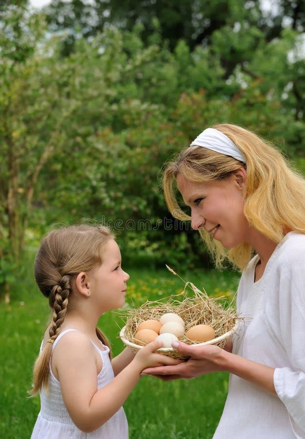 女儿有的复活节母亲时间 免版税库存图片