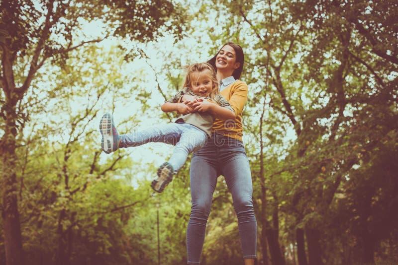 女儿母亲使用 在活动中 库存照片