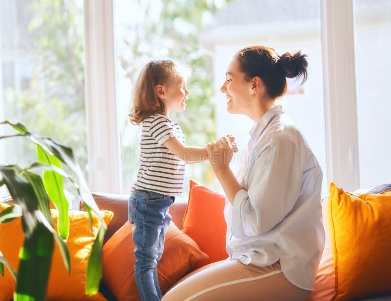 女儿母亲使用 免版税库存照片