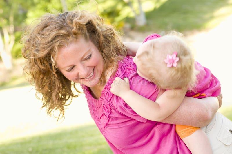 女儿母亲公园肩扛 免版税库存照片