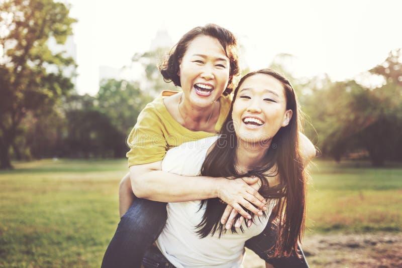 女儿母亲可爱的喜爱偶然生活概念 免版税库存照片
