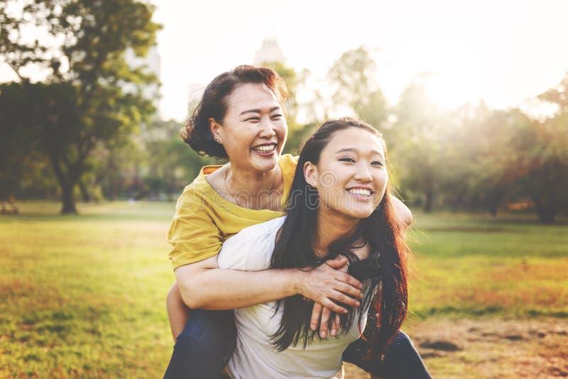 女儿母亲可爱的喜爱偶然生活概念 免版税图库摄影