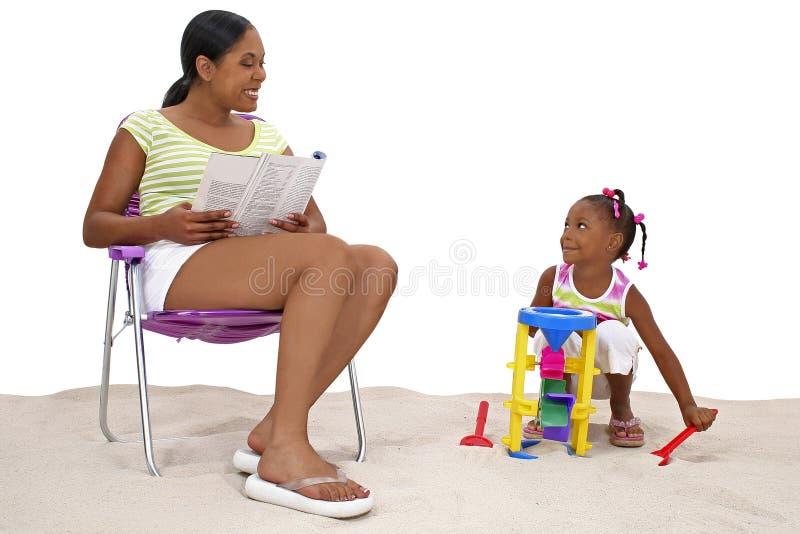 女儿母亲沙子 免版税库存照片