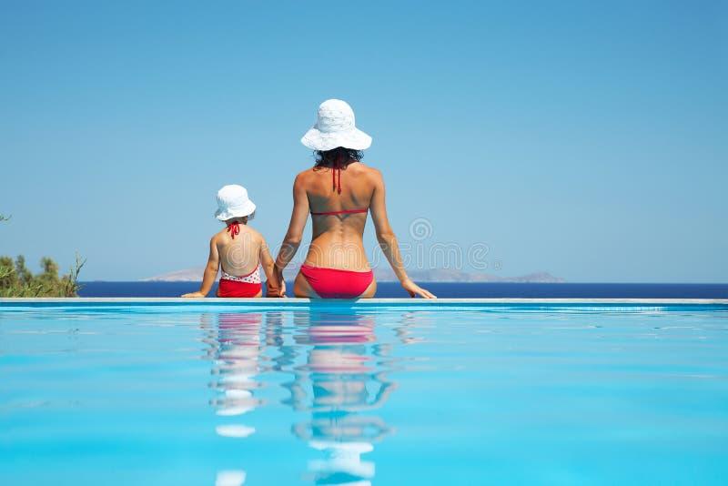 女儿母亲海运看见年轻人 图库摄影