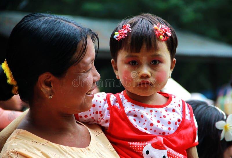 女儿母亲缅甸纵向 库存照片