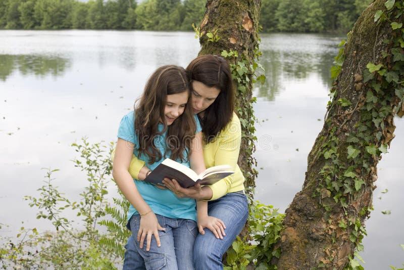 女儿母亲读取 库存图片