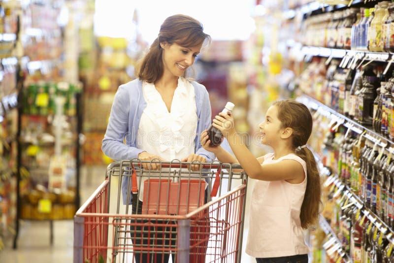 女儿母亲购物超级市场 免版税图库摄影