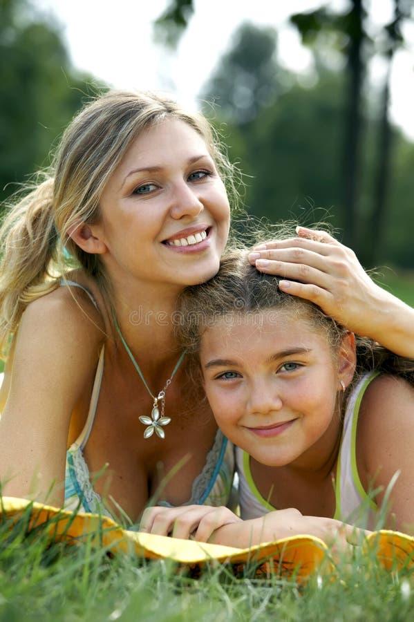 女儿滑稽妈妈微笑 免版税图库摄影