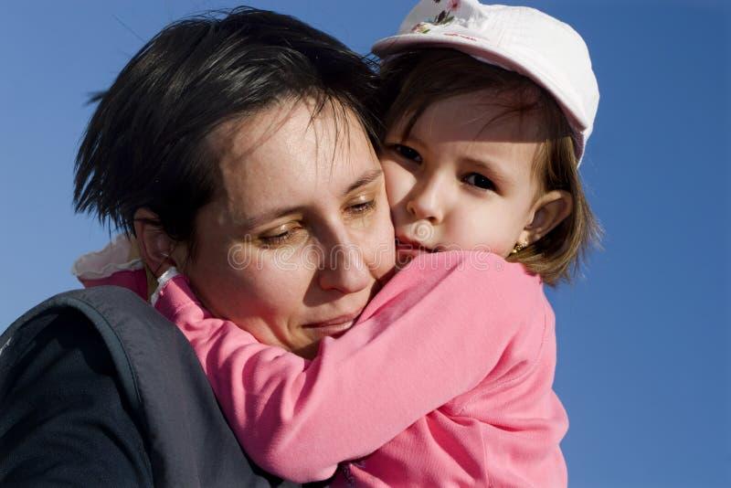 女儿爱母亲 免版税库存图片