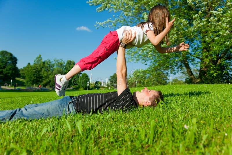 女儿父亲公园使用 免版税库存照片