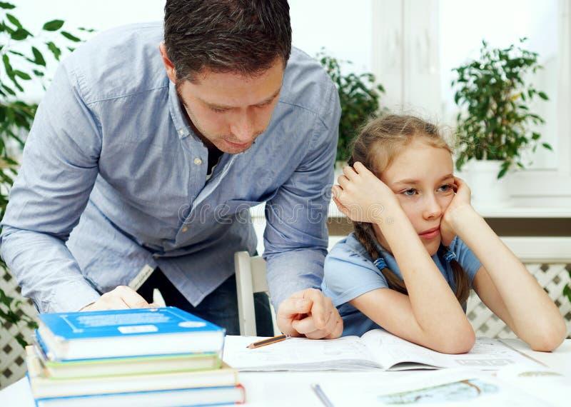 女儿父亲帮助 免版税库存照片