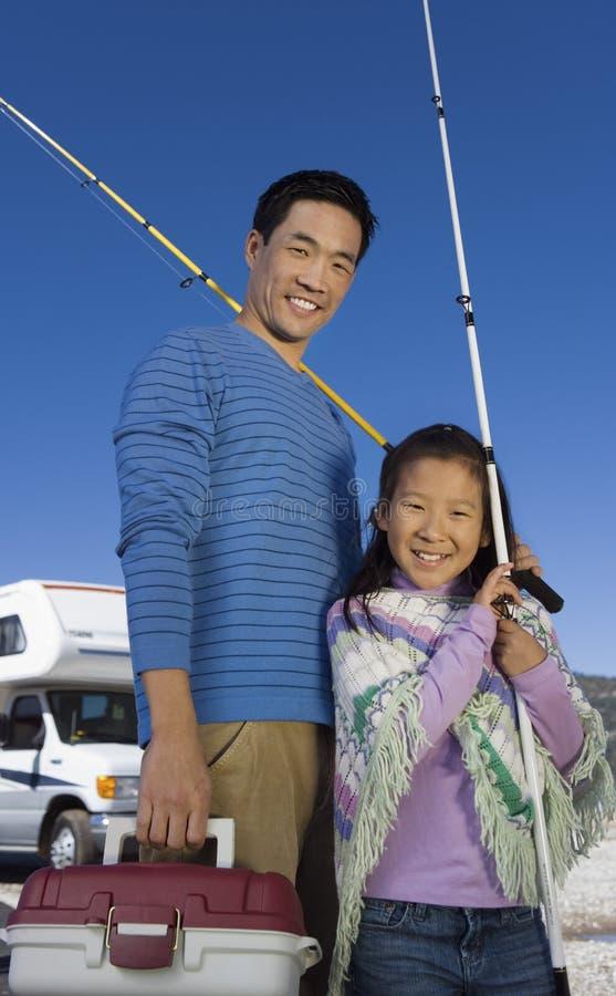 女儿父亲捕鱼藏品杆 免版税库存照片