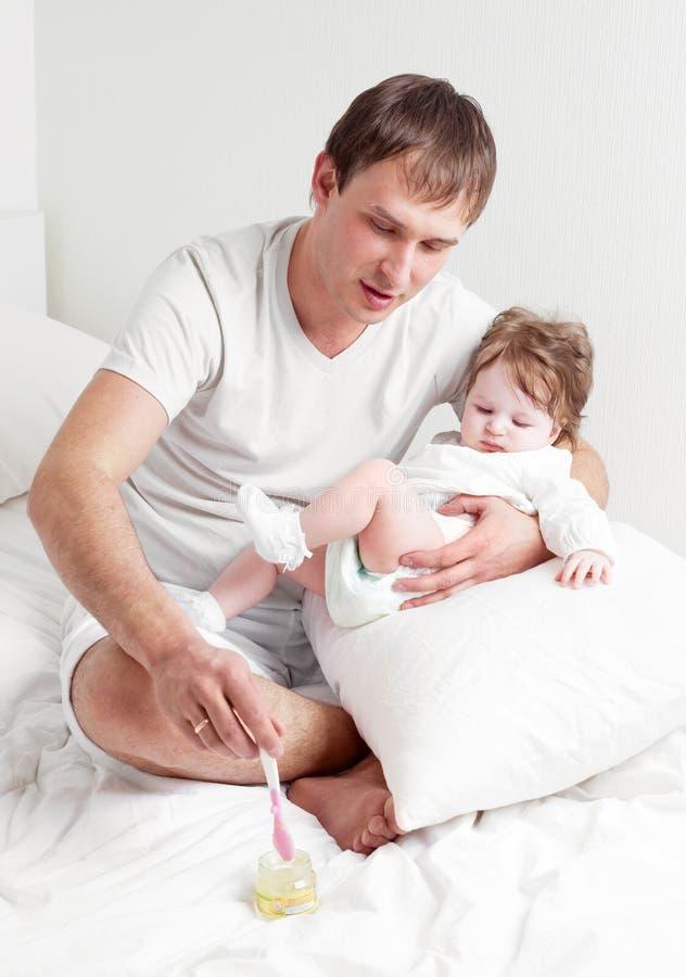 女儿父亲提供 免版税库存图片