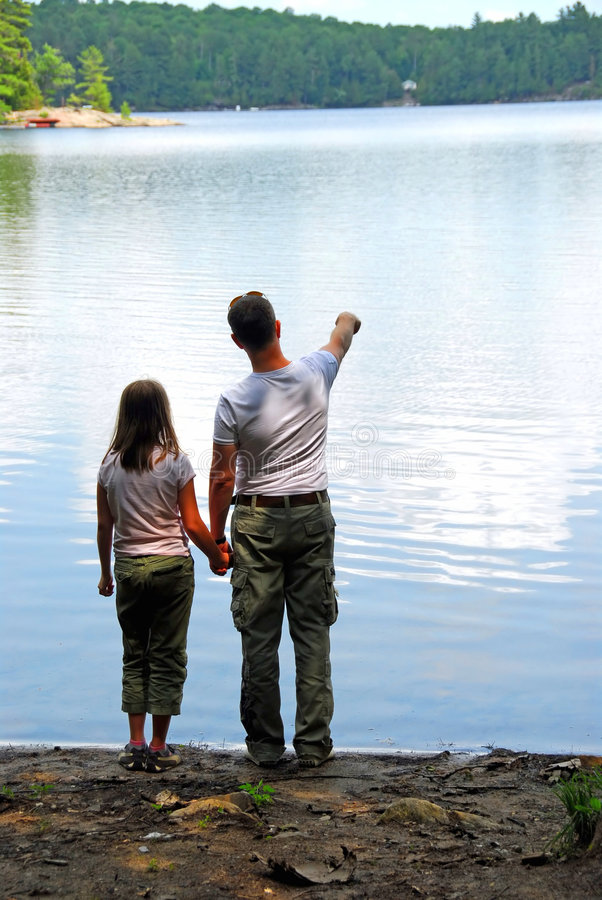 女儿父亲湖 免版税库存照片