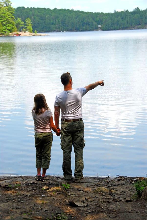女儿父亲湖 免版税库存图片