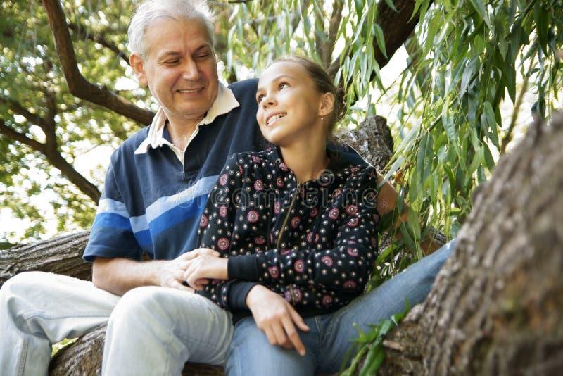女儿父亲联系 免版税库存照片