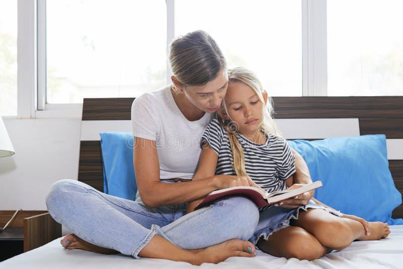女儿的母亲读书 库存照片
