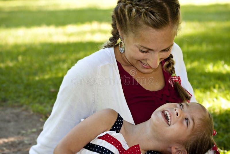女儿笑的母亲一起 库存图片