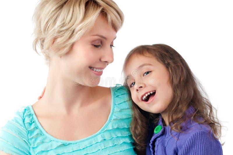 女儿笑的母亲微笑 免版税库存图片