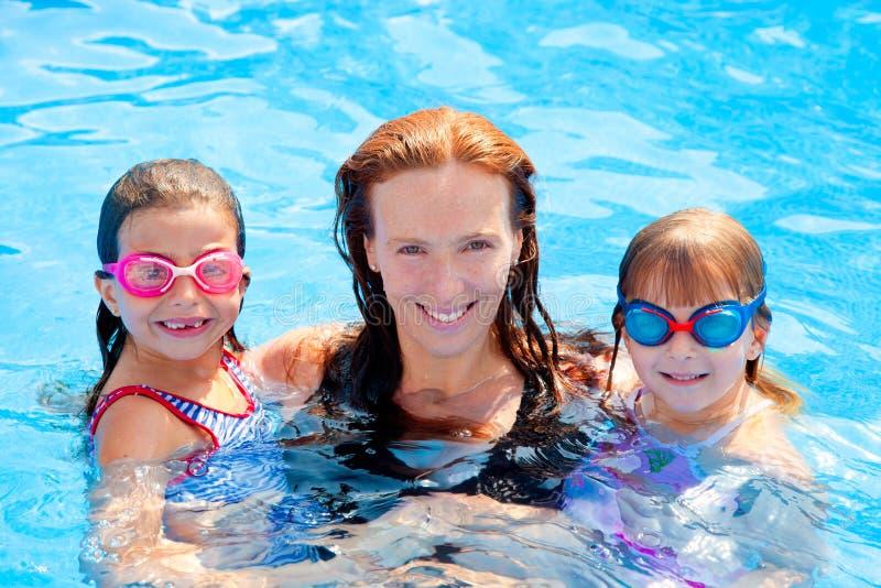 女儿系列母亲池游泳 免版税库存照片
