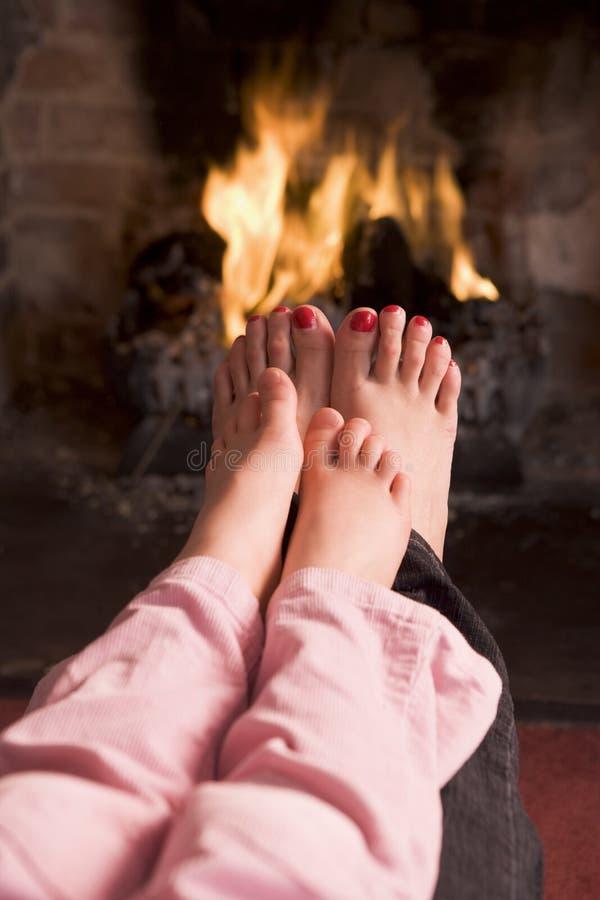 女儿英尺壁炉母亲s温暖
