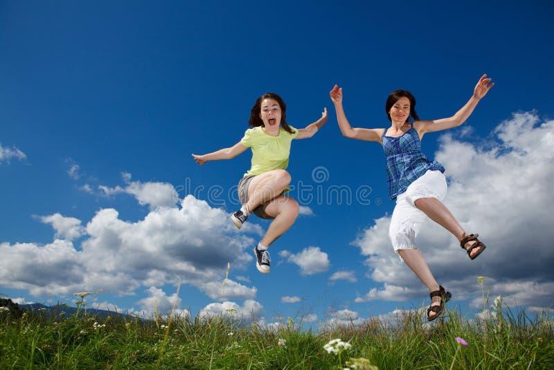 女儿跳的母亲 免版税图库摄影