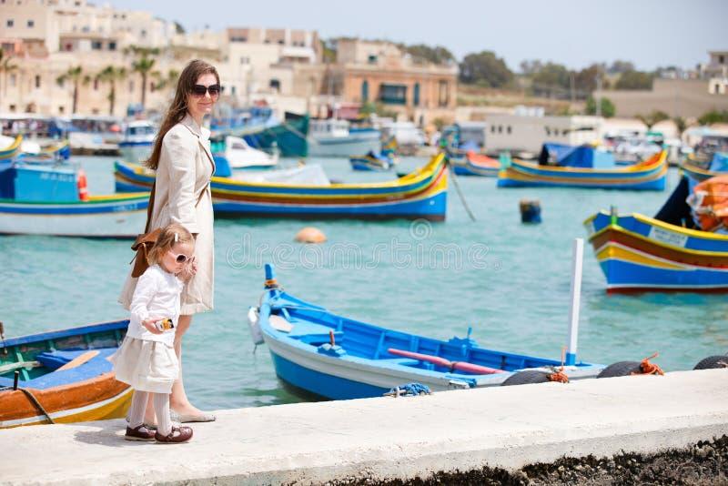 女儿马耳他母亲 免版税库存照片