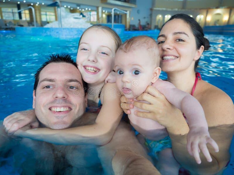 女儿系列父亲愉快的池肩膀坐 图库摄影