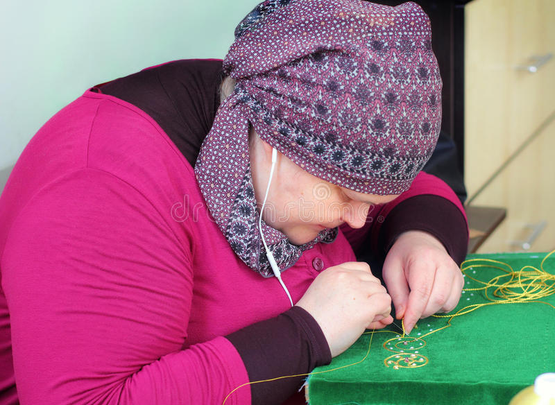 女刺绣工在工作 图库摄影