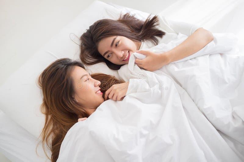 女同性恋的一起夫妇概念 年轻亚洲妇女lyi夫妇  库存照片