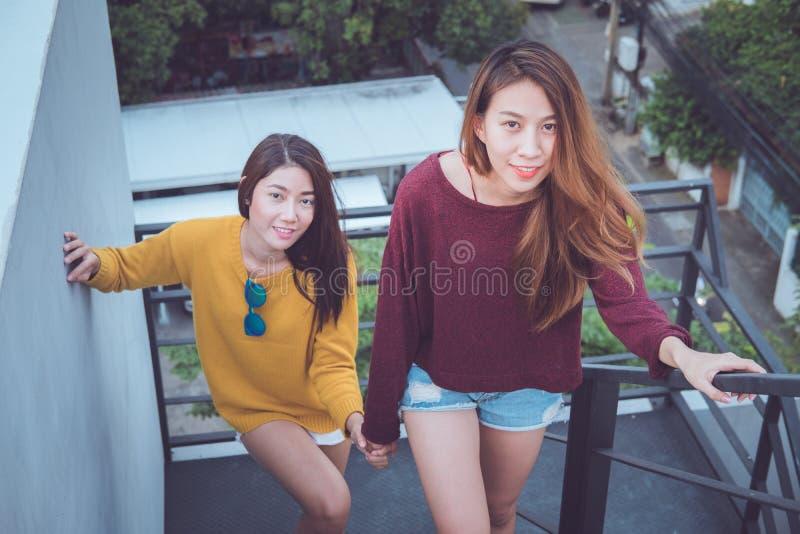 女同性恋的一起夫妇概念 wal年轻亚裔的妇女夫妇