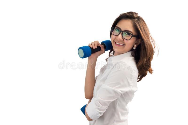 女商人举的哑铃重量 免版税库存照片