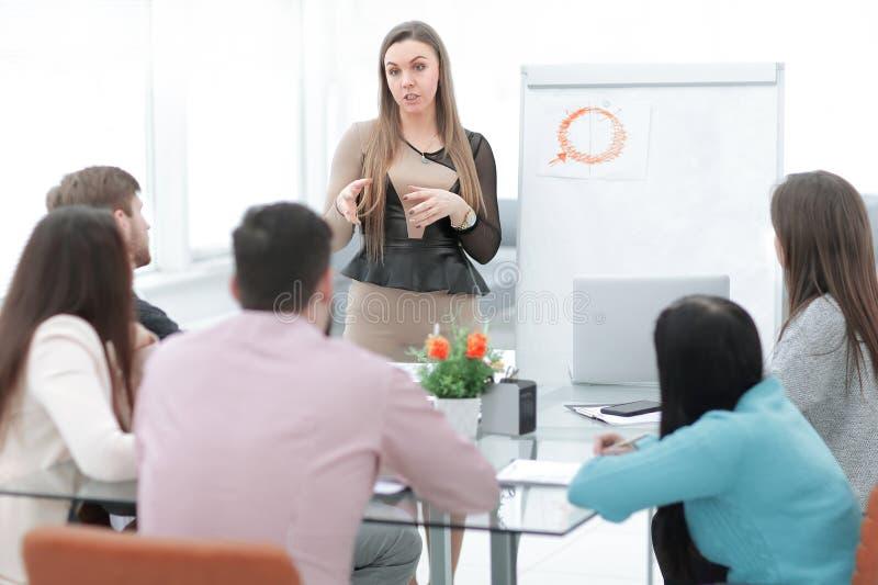 女商人举行企业队的一份简报 免版税库存照片