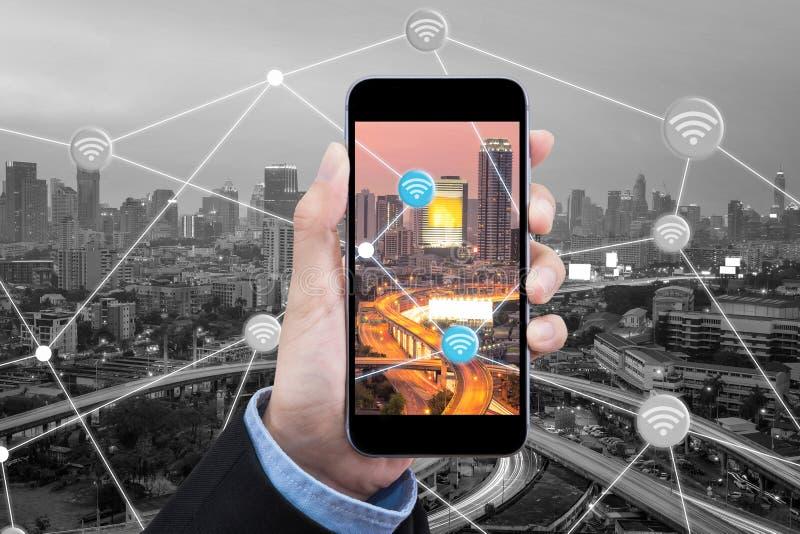 女商人使用智能手机为连接互联网在聪明的城市 库存照片