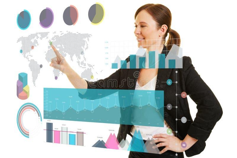 女商人使用infographic在触摸屏幕 库存照片