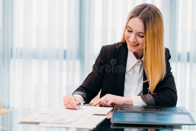 女商人办公室公司文书工作会计 免版税库存照片