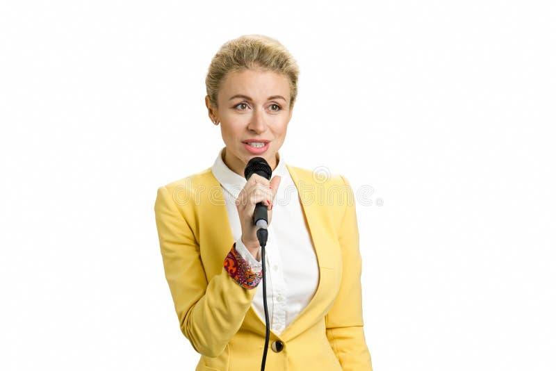 年轻女商人发表演讲关于话筒 库存照片