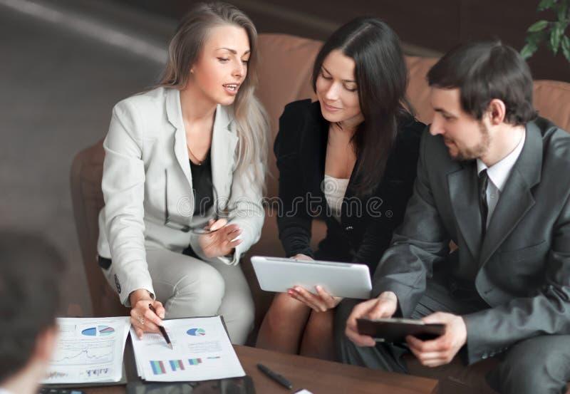 ?? 女商人和谈论企业的队财政报告 库存图片